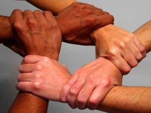 tangan-saling-berpegangan-2
